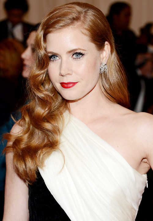 Amy-Adams-Hairstyle-long-wavy-500x720