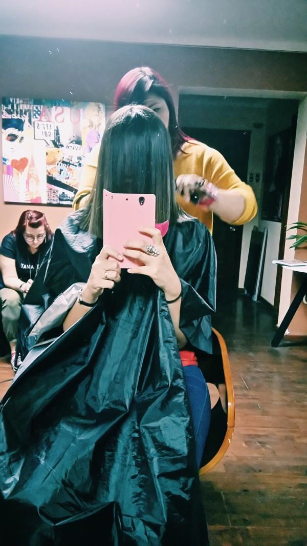 María José muy concentrada cortando mi pelo y yo ¡con poca visión! =)