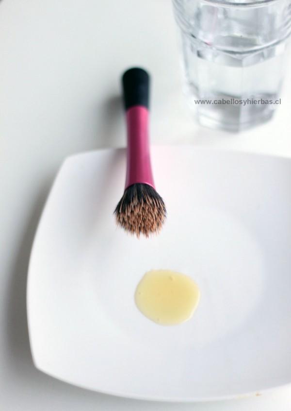 shampoo y brocha de maquillaje